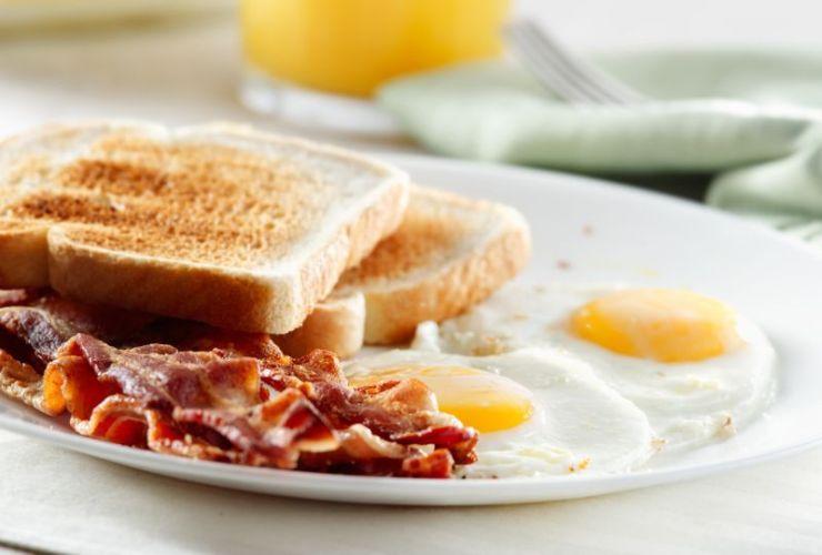 bacon-eggs-toast-breakfast | Campfire Recipes